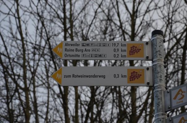 Erste Hinweisschilder zum Einstieg des Rotweinwanderweges © entdecker-greise.de