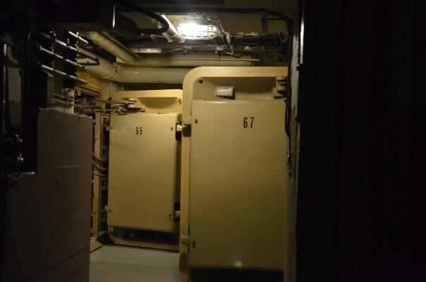 Beton und Stahl, Türen, Mauern ... eine bedrückende Stimmung macht sich schon gleich nach dem Betreten des Bunkers breit. ©entdecker-greise.de