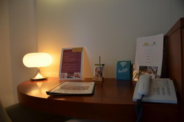 Ein kleiner Schreibtisch tut seine Dienste, wenn man kurz vor dem Wandern noch einmal einen Blick auf die Karte werfen möchte. ©entdecker-greise.de