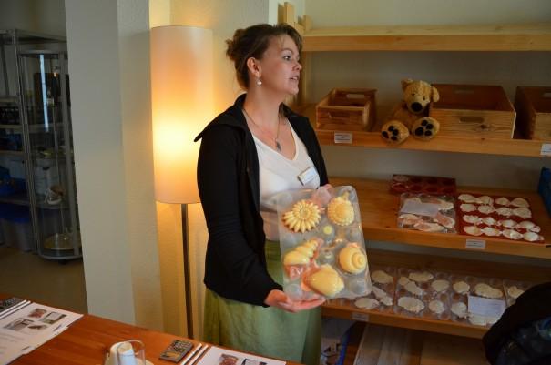Frau Fröhlich - der Name ist Programm - erklärt uns wichtige Details zur Seifenherstellung ©entdecker-greise.de