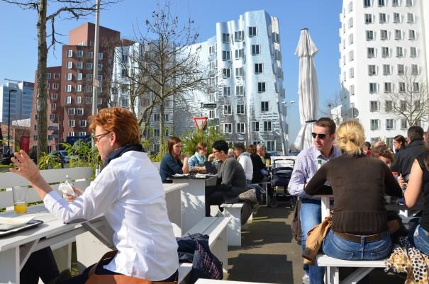 Gleich am Medienhafen kann man innen und außen die vegane Küche im Sattgrün genießen  ©entdecker-greise.de
