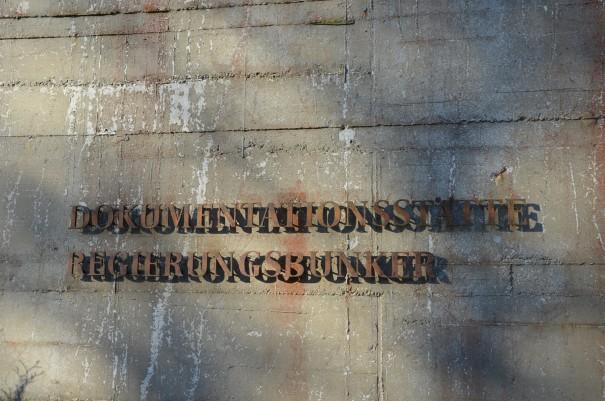 Nur ein schlichter Schriftzug verweist auf das wohl teuerste Bauwerk in der Geschichte der Bundesrepublik Deutschland ©entdecker-greise.de