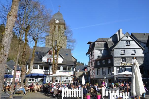Der Monschauer Marktplatz, hier steht auch der Tuchmacherbrunnen. ©entdecker-greise.de