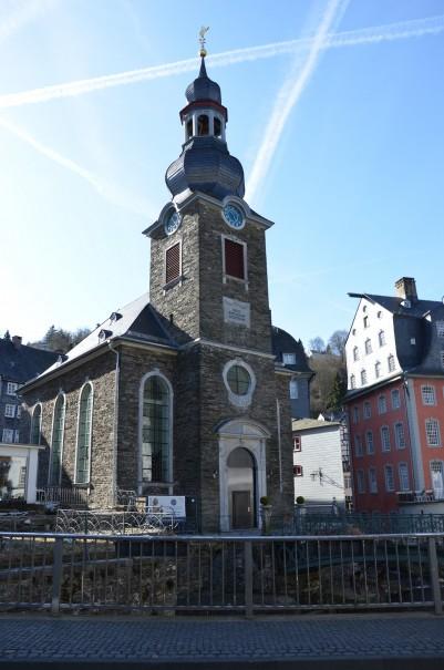 Die denkmalgeschützte evangelische Kirche im Stadtkern von Monschau. ©entdecker-greise.de