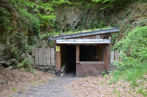 Eingang zur alten Schiefergrube am Westerwald Steig #TTwandern ©entdecker-greise.de