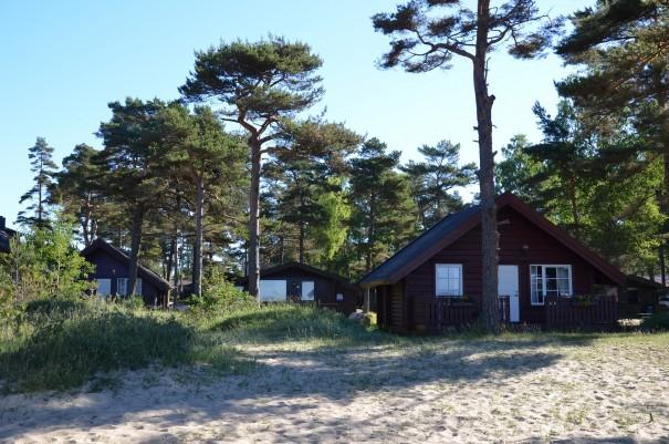 Wer lieber ein festes Dach über dem Kopf hat, der mietet sich einfach eine dieser schönen Holzhütten, hier im Feriencenter Äros. ©entdecker-greise.de