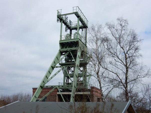 Der Förderturm Lüderich, der heute auf dem Gelände einer rieseigen Golfplatzes steht. ©entdecker-greise.de