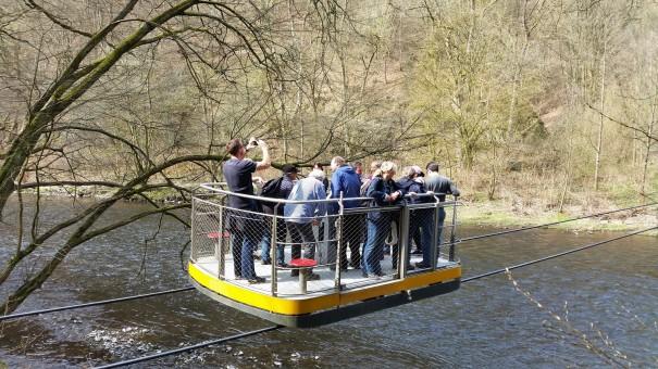 Mit der Schwebefähre über die Wupper - ein toller Abenteuerspaß auf der abwechslungsreichen Radtour Rund um Remscheid. ©entdecker-greise.de