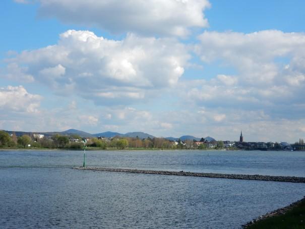 Na jetzt erkennt man das Siebengebirge aber schon recht deutlich und das kann nur bedeuten, das wir gleich in Bonn sind ... ©entdecker-greise.de