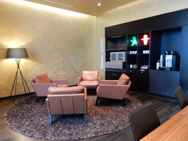 Wer gemütlich die Unternehmungen für den nächsten Tag planen möchte ist hier genau richtig! Die Outlook Lounge im Lindner Hotel berlin. ©entdecker-greise.de