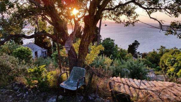 Was siehst Du - nur einen alten Stuhl vor einem Baum bei untergehender Sonne oder erhaschst Du einen kleinen Blick ins Paradies ... #Corfelios ©www.entdecker-greise.de