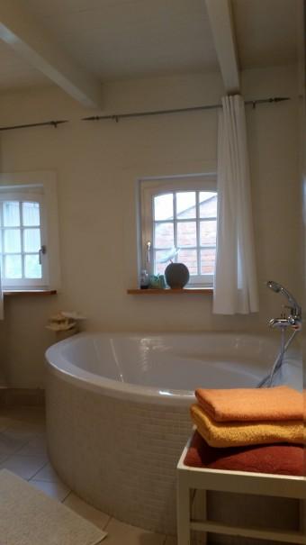 Die gemütliche Eckbadewanne lädt zum Entspannen ein ... ©www.entdecker-greise.de