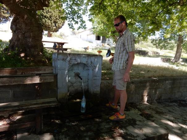 Auch Wanderguide Alex füllt seine Wasserflasche an der Pablos-Quelle auf ©www.entdecker-greise.de #corfelios