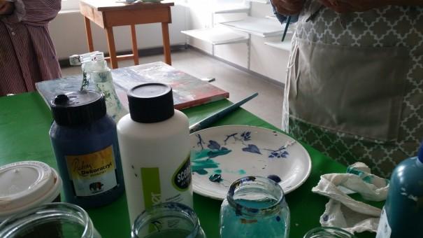 Besonderen Spaß macht das Experimentieren mit Farben, Pinseln, Schwämmen, Mallappen u.v.m., hier beim Malkurs von Marlies Eggers auf Langeoog. ©www.entdecker-greise.de