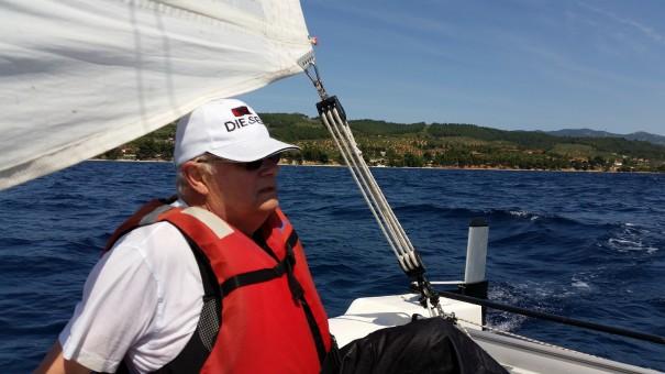 Segelschüler Ekkehart übernimmt den Katamaran ©www.entdecker-greise.de #corfelios