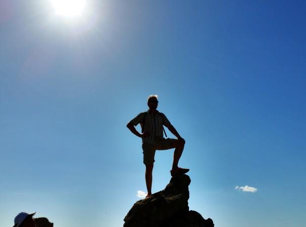 So sieht dann das Heldenfoto von Wanderguide Alex nach der Bezwingung des Petros Felsen aus ©www.entdecker-greise.de #corfelios