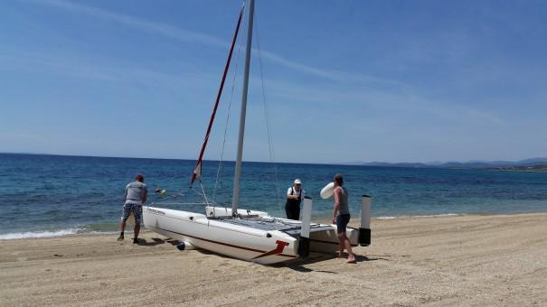 Zunächst muss der Katamaran Richtung Meer gerollt und gehoben werden.©www.entdecker-greise.de #corfelios